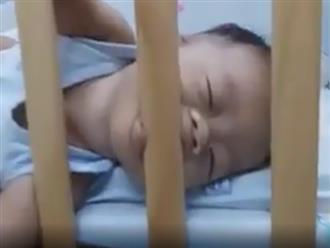 Bé trai vừa ngủ vừa gặm nôi khiến dân mạng cười xỉu