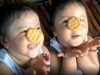 Biểu cảm đáng yêu và chiếc lưỡi 'bá đạo' của cô bé khi ăn bánh quy nhận được triệu lượt xem