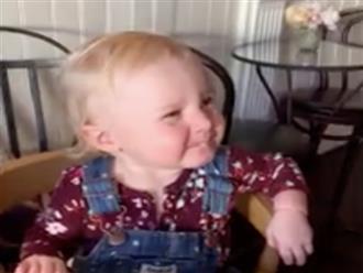Biểu cảm khôi hài của bé gái lần đầu được ăn kem khiến các bà mẹ thích thú