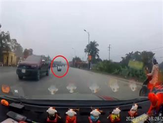 Bồn nước đột ngột rơi từ xe bán tải xuống đường khiến ai cũng hoảng hồn