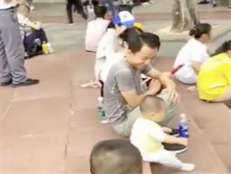 Cách cậu bé chưa biết đi tìm bố trong công viên khiến dân mạng cười bò
