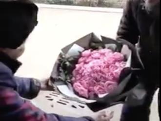 Cảm động cảnh cụ ông tóc bạc phơ ôm bó hoa hồng tặng vợ