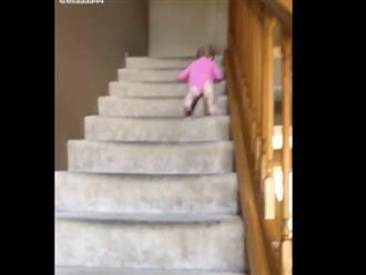 Cậu bé còn mặc bỉm đã thử tài gan dạ, trượt dài cả cầu thang mà không thèm rơi 1 giọt nước mắt