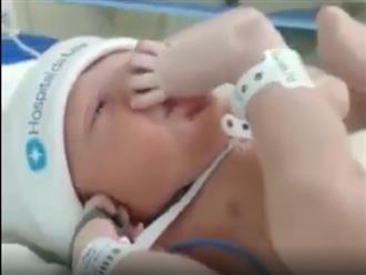 Cậu bé mới sinh, tự đưa chân lên bú ngon lành được các mẹ thả tim nhiệt tình