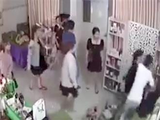Chủ spa bất ngờ bị nhóm lạ mặt hùng hổ xông vào đấm tới tấp trước mặt con nhỏ