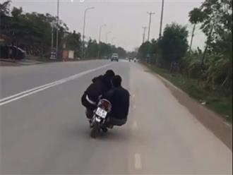 Clip 2 nam thanh niên 'làm xiếc' trên xe máy khiến ai cũng bức xúc