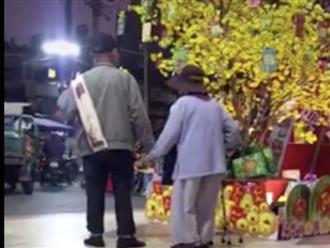 Clip ấm lòng ngày đầu năm: Ông cụ nắm tay 'người yêu' ngắm hoa Tết