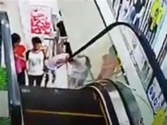 Clip: Bé gái bị mắc tóc vào trong thang cuốn, người xung quanh nhanh chóng bỏ chạy