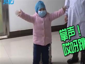 Clip bé gái nhảy múa cảm ơn bác sĩ sau khi xuất viện được chia sẻ không ngừng
