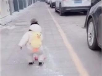 Clip bé trai 1 tuổi chập chững bước đi nhặt rác từ xe ô tô được chia sẻ rần rần