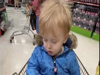 Clip bé trai ngủ gục trong siêu thị được chị em chia sẻ rần rần vì quá đáng yêu