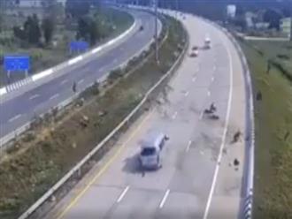 Clip kinh hoàng: Hành khách văng xuống đường sau khi xe khách nổ lốp