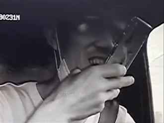Clip: Nam tài xế nghịch điện thoại, hút thuốc khi lái xe khiến xe mất lái, hỏa hoạn