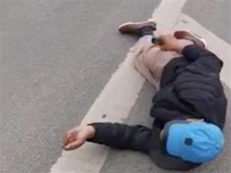 Clip người đàn ông nằm ăn vạ sau va chạm với taxi khiến dân mạng bất bình