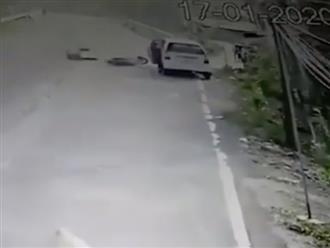 Clip người đi xe máy gặp nạn chỉ vì cánh cửa ô tô, bài học để đời cho các tài xế