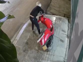 Clip: Tên trộm xe máy vụng về té ngã nhiều lần