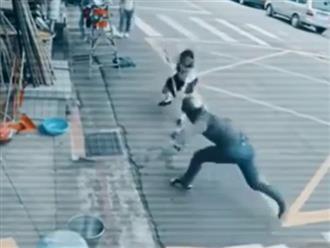 Clip thanh niên táo tợn giật túi xách giữa đường ai ngờ nhận kết đắng vì gặp cao thủ