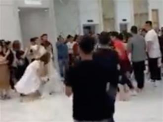 Cô gái bị chỉ trích vì cướp hoa cưới trắng trợn trên tay cô dâu