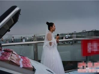 Tiểu thư nhà giàu mặc váy cưới, dùng vali đầy tiền để cầu hôn nhưng bạn trai lại sợ hãi không dám tiến đến