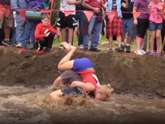 Chồng cõng vợ vượt qua vũng bùn và cái kết không thể đắng hơn