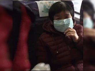 Cụ bà bật khóc vì không mua được khẩu trang và hành động ấm lòng của người soát vé