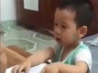 Cười ngất với cậu bé 'có thù với số 2' ba mẹ dạy mãi vẫn không chịu đếm