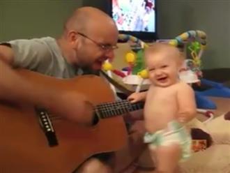 Cười ngất với clip cậu bé còn mặc bỉm phiêu hết cỡ khi nghe bố đàn