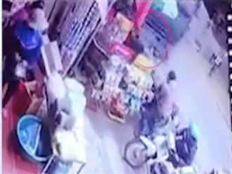 Dân mạng hoảng hồn với clip ghi lại cảnh em bé bị xe ben đâm kinh hoàng