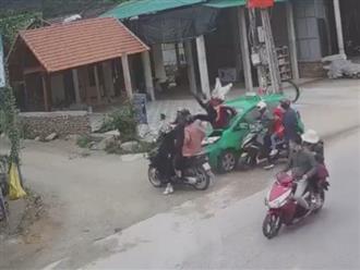 Đang dừng bên đường, nhóm 11 người bị taxi lao 'như bay' tông trúng vào mùng 2 Tết