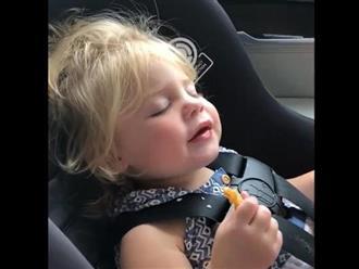 Cười vỡ bụng clip bé gái 'đấu tranh' nội tâm lựa chọn giữa ăn và ngủ