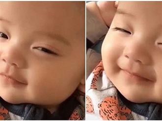 Bé trai ngủ gà gật nhưng vẫn tranh thủ cười 'thả thính'
