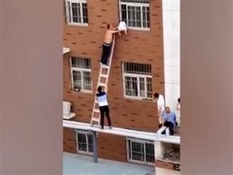 Giải cứu bé trai bị kẹt ở lưới cửa sổ tầng 3, treo lơ lửng trên không