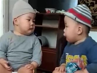 Hai bé trai vừa ngồi bô vừa 'cãi nhau nảy lửa' bằng ngôn ngữ không ai hiểu