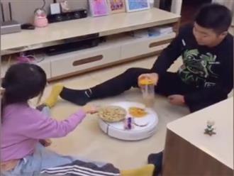 Hiếm lắm mới thấy cảnh mẹ vắng nhà ông bố và con gái yên bình uống trà sữa đàm đạo