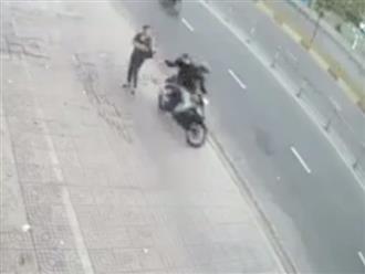 Hoảng hồn cảnh người phụ nữ ngã sấp mặt dưới đường khi bị cướp giật túi xách