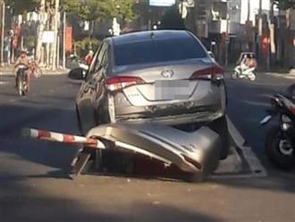 Hoảng hồn cảnh tài xế lùi xe bất cẩn khiến 4 người ngã sấp mặt giữa đường