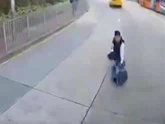 Hoảng hồn với clip xe buýt đánh rơi học sinh trên đường phố
