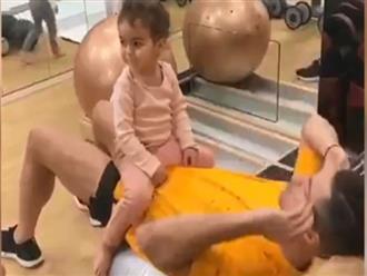 Khoảnh khắc Ronaldo bình dị tập thể dục cùng con trong nhà gây bão mạng xã hội