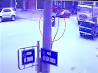 Mẹ qua đường không cẩn thận, đứa con nhỏ bị xe cán chết