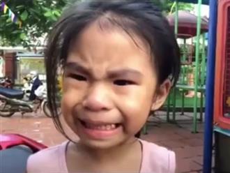 """Nụ cười """"đau khổ"""" của bé gái khi bị anh trai chọc phá trong lúc đang khóc nhè"""