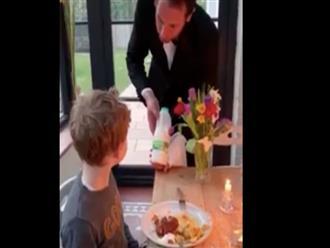 Ở nhà buồn chán, ông bố rủ 2 con chơi trò nhà hàng khiến mẹ cười ngất