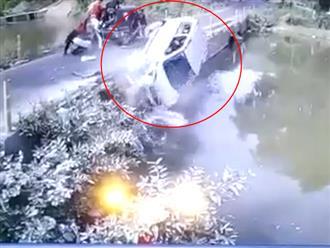 Kinh hoàng clip ô tô chở 5 người trong một gia đình lao xuống sông