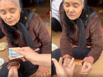 Rơi nước mắt cảnh bà cụ vét hết tiền để dành đưa cho cháu mua đủ thùng mì tôm
