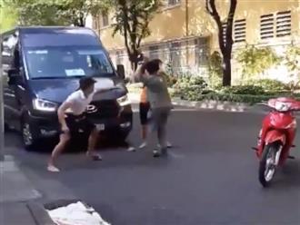Sau va chạm giao thông, 2 thanh niên đi xe máy lao vào đánh tài xế ô tô gây bức xúc