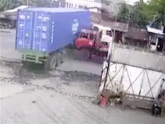 Tai nạn kinh hoàng: Xe tải tông thẳng vào container dẫn đến nát đầu