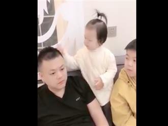 Thấy bố đánh mẹ, bé gái có hành động bất ngờ khiến ai cũng thích thú
