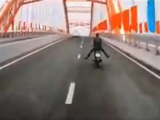 Thót tim cảnh nam thanh niên thả trôi xe xuống dốc cầu