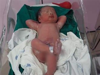 Em bé gây bão mạng với tư thế nằm 'vừa sinh ra đã biết bố là tỷ phú'