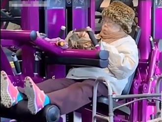 Cười ngất cảnh cụ bà vừa tập thể dục giảm cân vừa ăn uống không ngừng