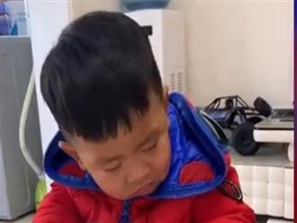 Vừa cười vừa thương cảnh cậu bé khóc mếu máo vì buồn ngủ khi học chữ